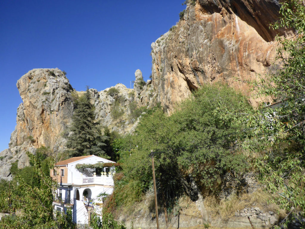 Solana de Granada - Climbing and outdoor hostel: view of the house with rock wall