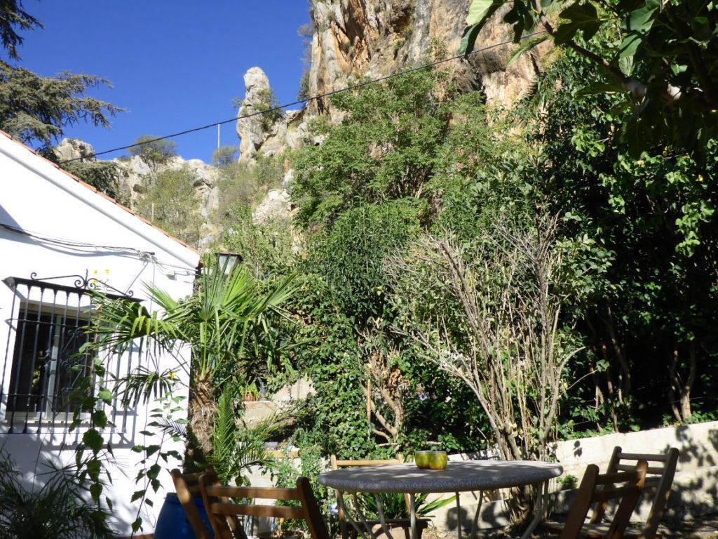 Solana de Granada - Climbing and outdoor hostel: patio and rock view