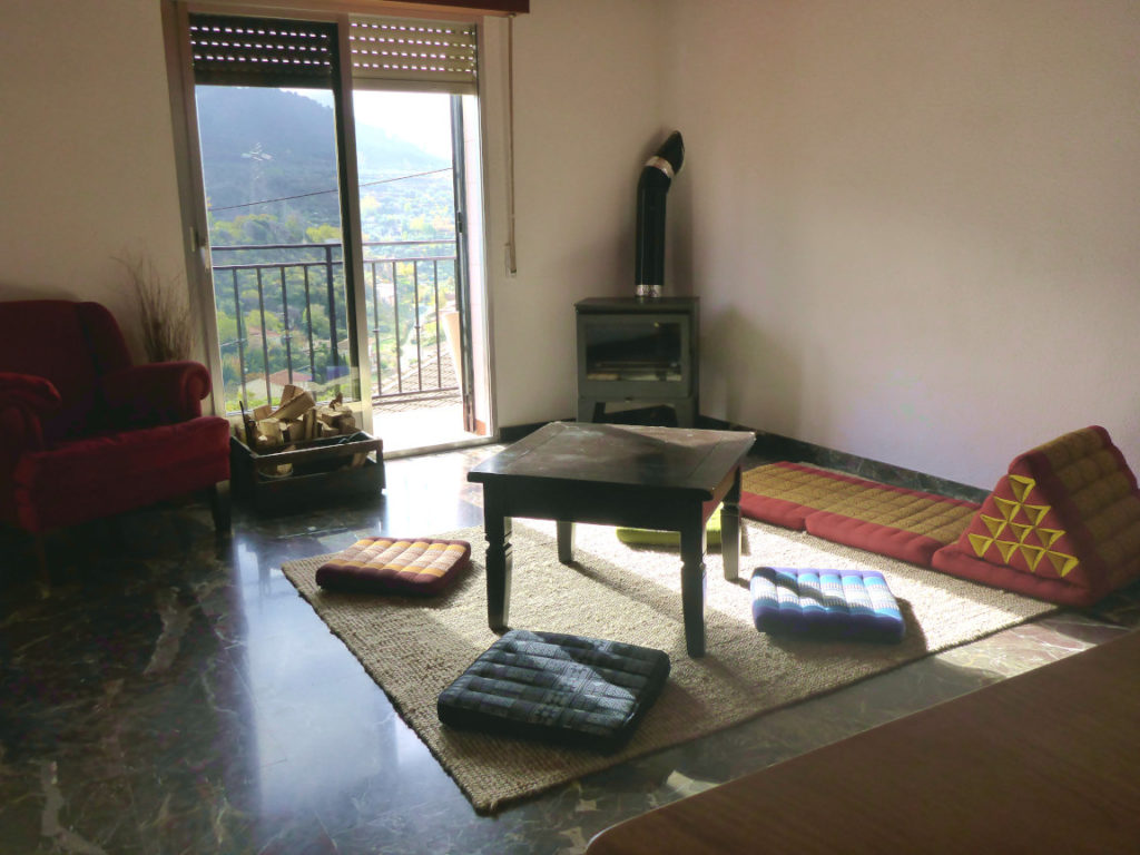 Solana de Granada - Climbing and outdoor hostel: community room with fireplace