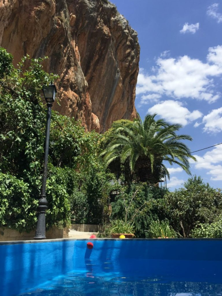 Solana de Granada - Climbing and outdoor hostel: pool with rock wall